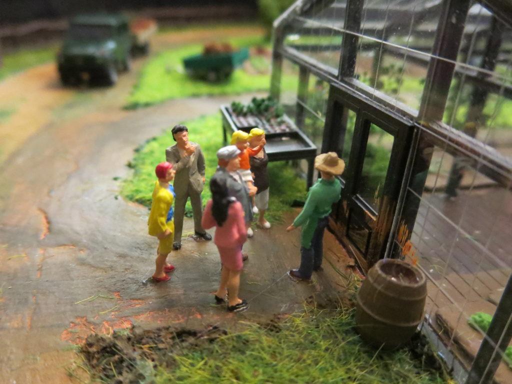Eine Führung durch unsere Tomatenhäuser in einem Fass dargestellt. Suche es! Entdecke es!
