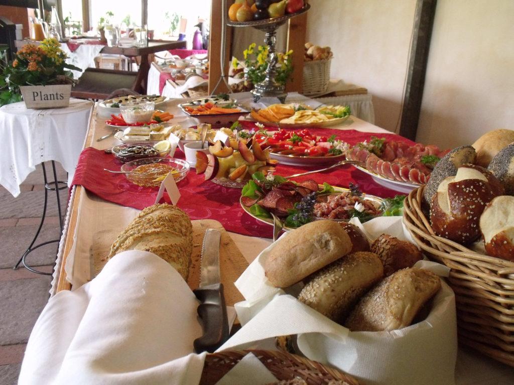 Kaffee & Kuchen, Brunch, Frühstück, Hochzeit, Geburtstag, Konfirmation, Diner, Jubiläum, Weihnachtsfeier, Verkostungen, Schulungen etc. alles ist möglich. Zur Zeit nur Kaffee & Kuchen.