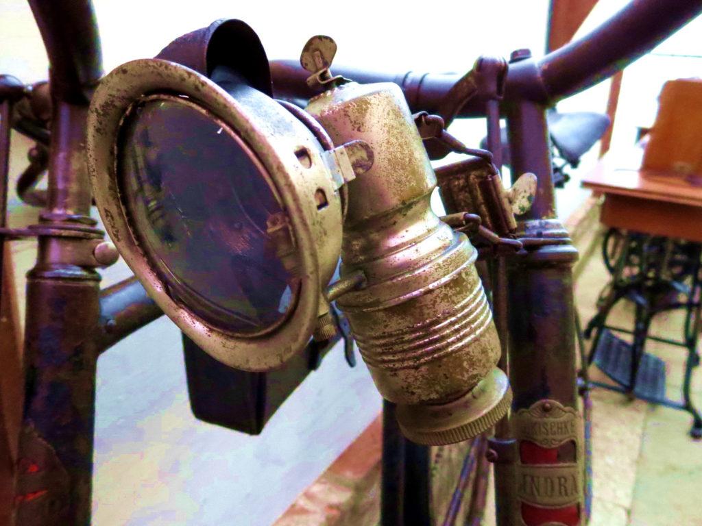 """Fahrrad vor 1900 mit moderner """"Nachrüstlampe"""""""